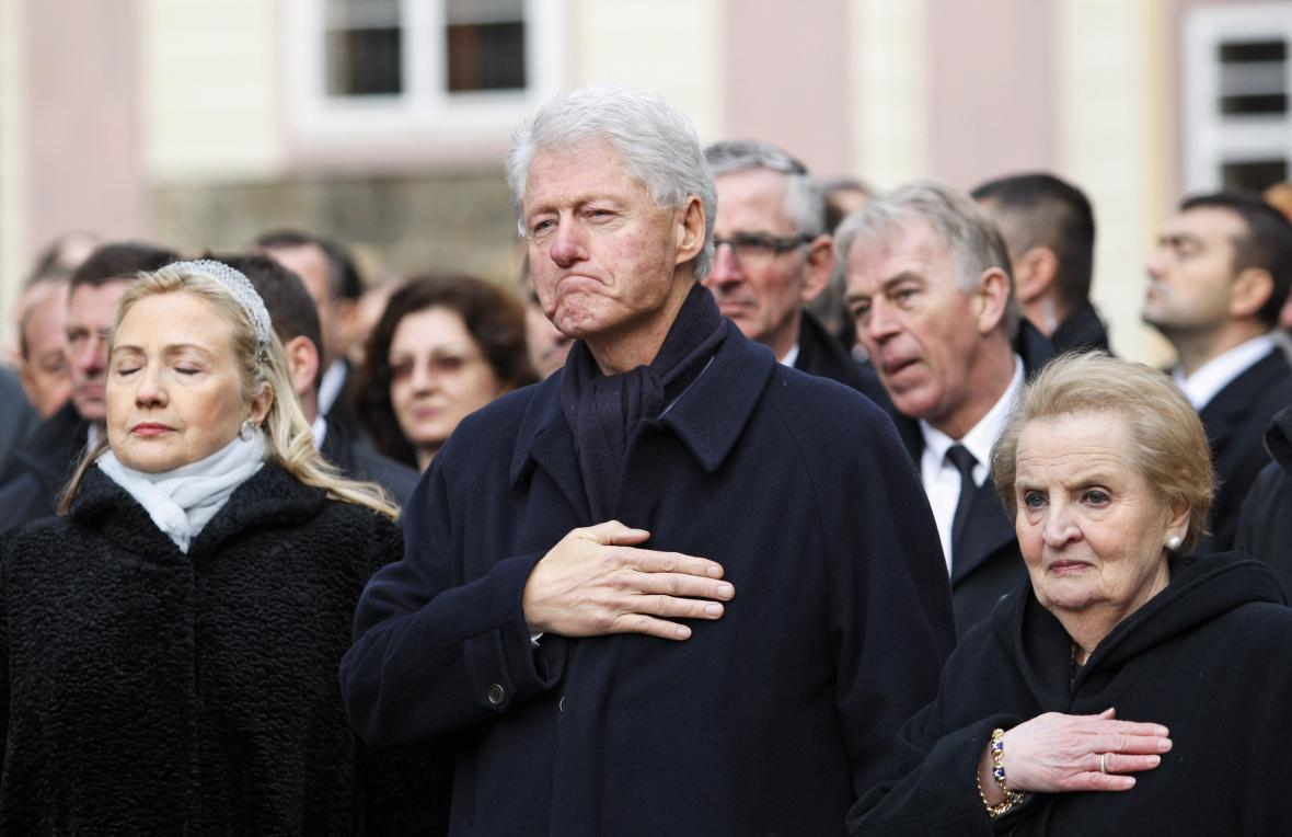 Bill Clinton na pohřbu Václava Havla. Po pravici má manželku Hillary, po levici bývalou ministryni zahraničí Madeleine Albrightovou