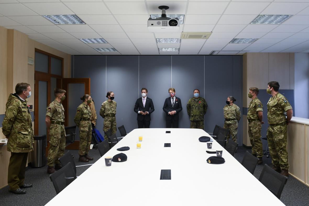 Náměstek ministra obrany Jan Havránek a britský velvyslanec Nick Archer vítají tým britských zdravotníků