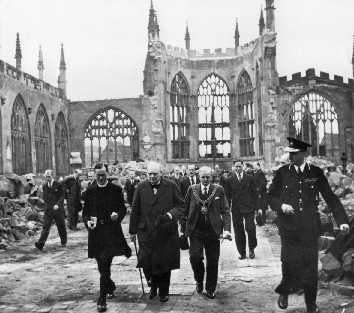 Winston Churchill prochází troskami katedrály v dubnu 1941