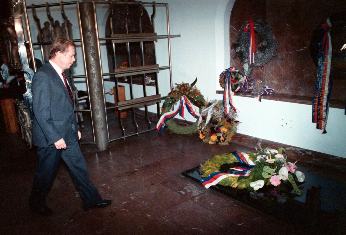 Václav Havel u hrobu Jana Amose Komenského v Naardenu