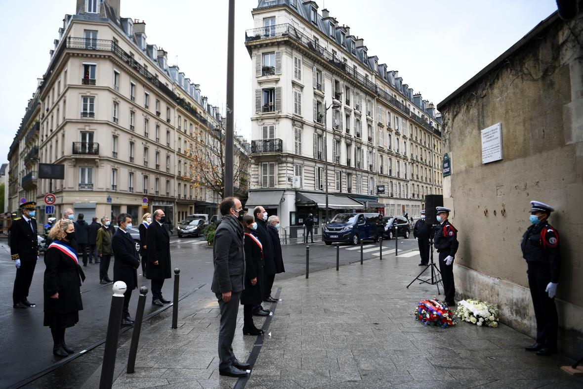 Připomínka obětí střelby u pařížského baru Le Carillon