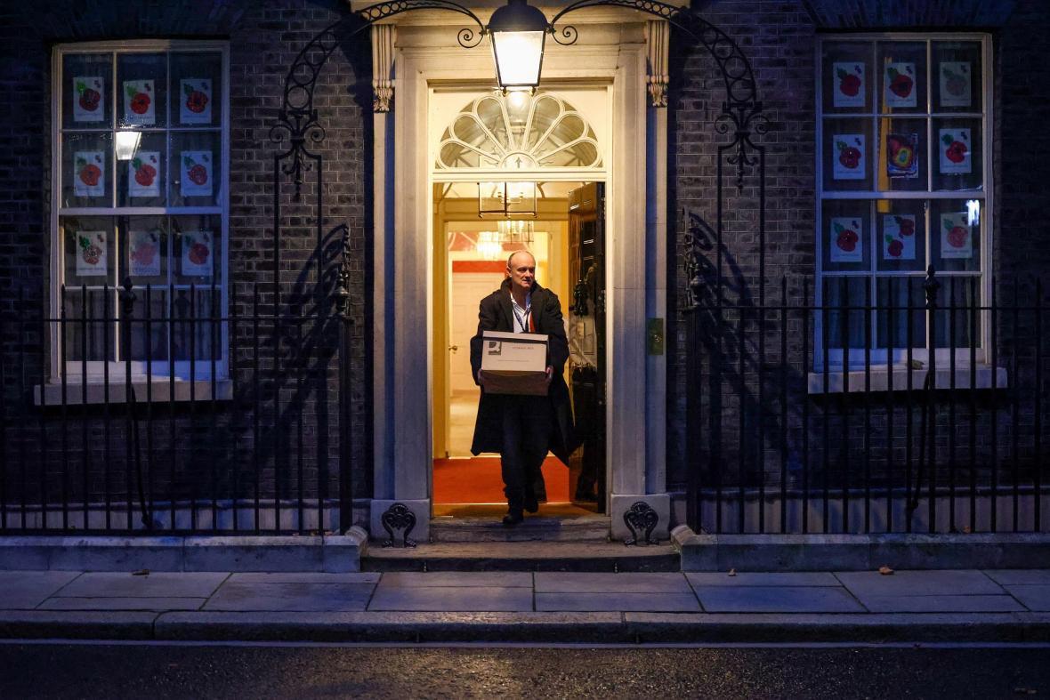 Dominic Cummings opouští premiérovo sídlo v Downing Street