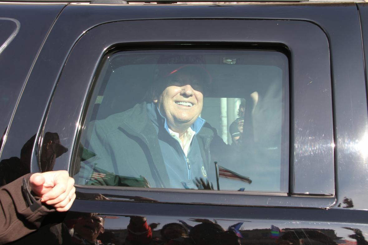 Donald Trump zdraví z limuzíny své příznivce