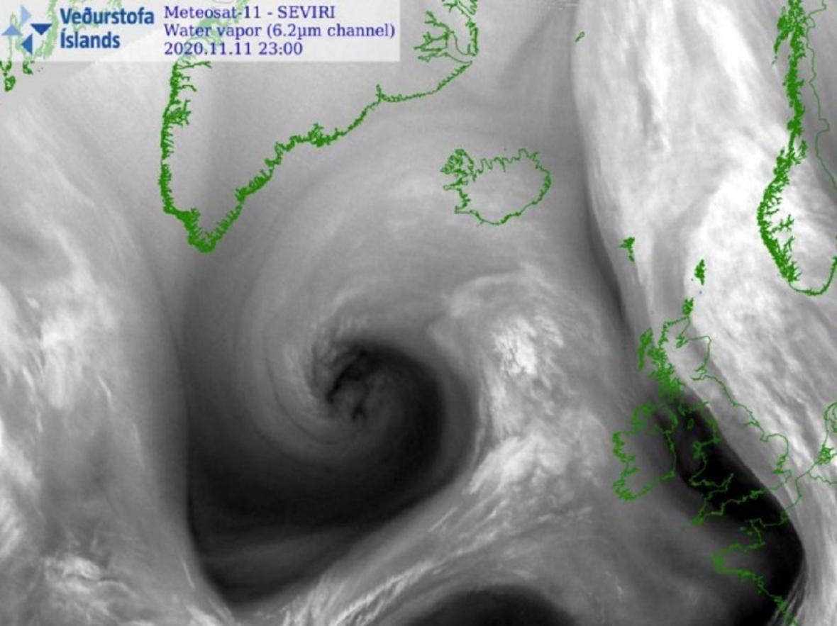 Hluboká tlaková níže jižně od Grónska