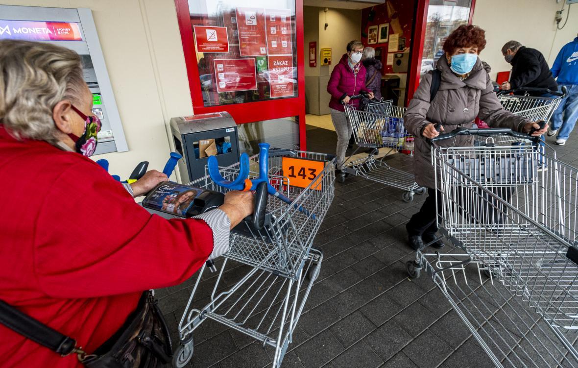 Ústecký hypermarket očísloval nákupní vozíky a omezil jejich počet