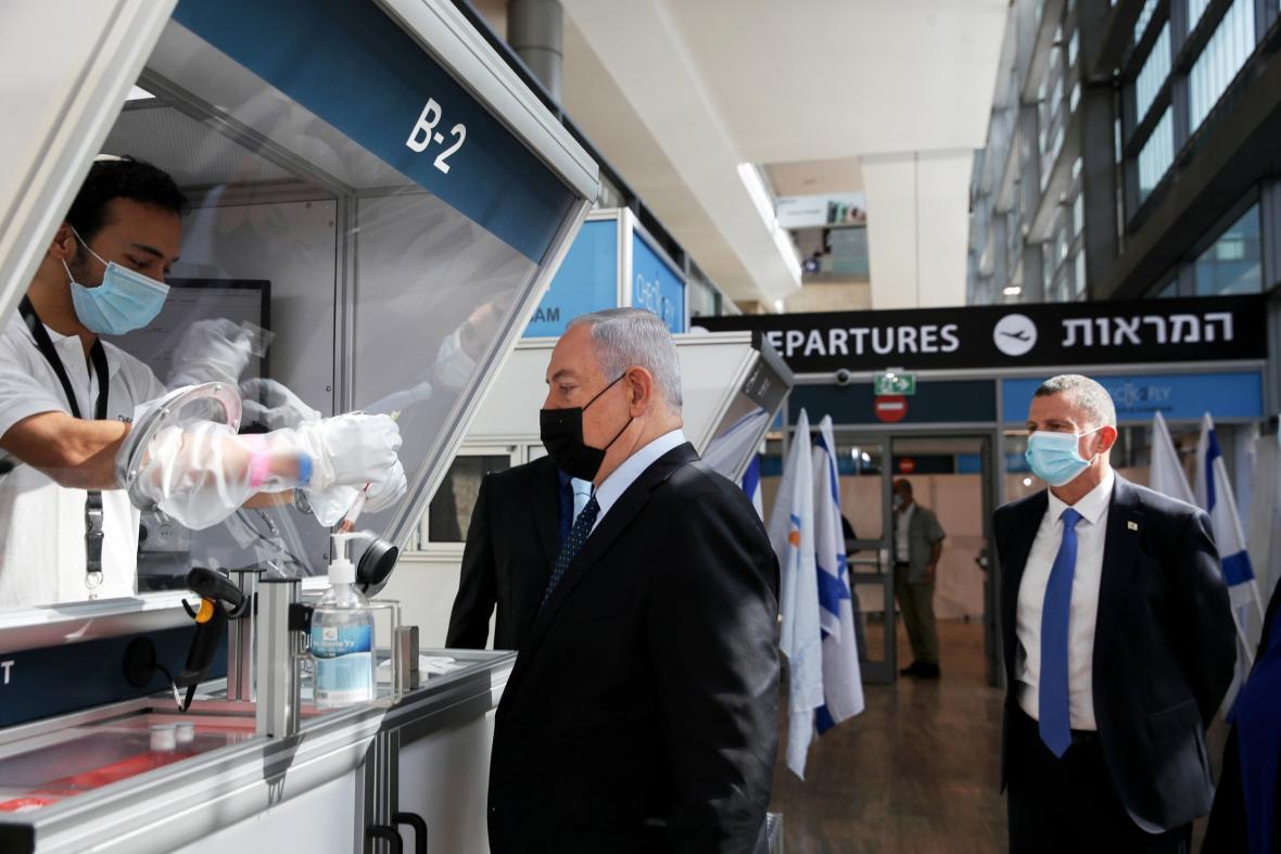 Benjamin Netanjahu navštívil testovací centrum na letišti v Tel Avivu
