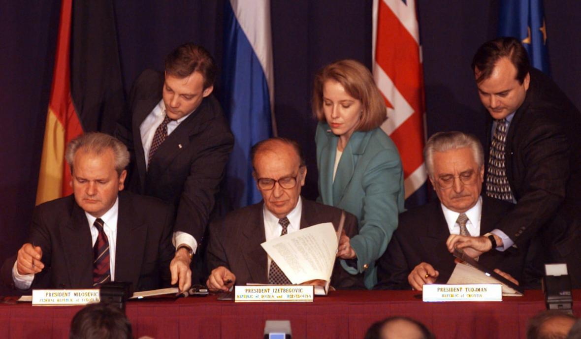 Slobodan Miloševič, Alija Izetbegovič a Franjo Tudjman parafují na základně u Daytonu mírovou dohodu. Formálně byl dokument stvrzen 14. prosince 1995 v Paříži