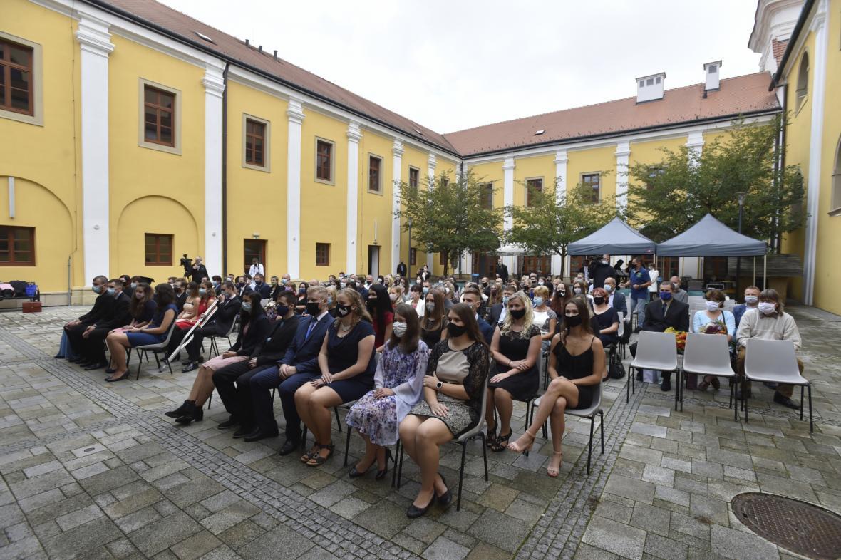 Promoce zlínské univerzity kvůli šíření nákazy proběhly na nádvoří