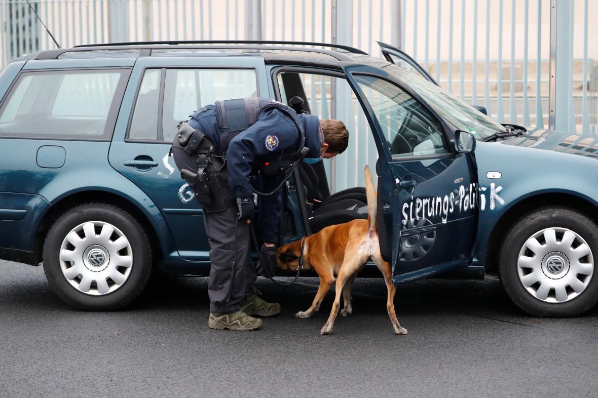 Auto prohledali policisté se psy