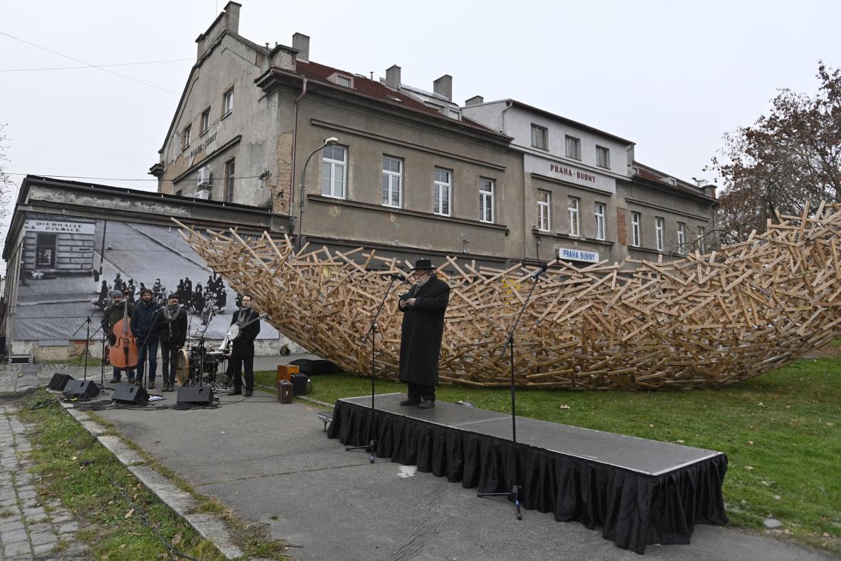 Vrchní zemský rabín Karol Sidon pronáší modlitbu u Památníku Ticha na nádraží Praha Bubny při příležitosti 80. výročí potopení lodi Patria