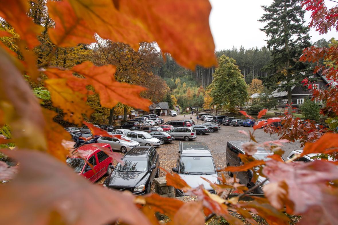 Turisté se v době nouzového stavu vydali i do Prachovských skal, auta zaplnila parkoviště
