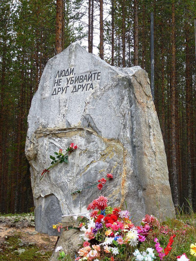 Kamenný pomník v Sandarmohu