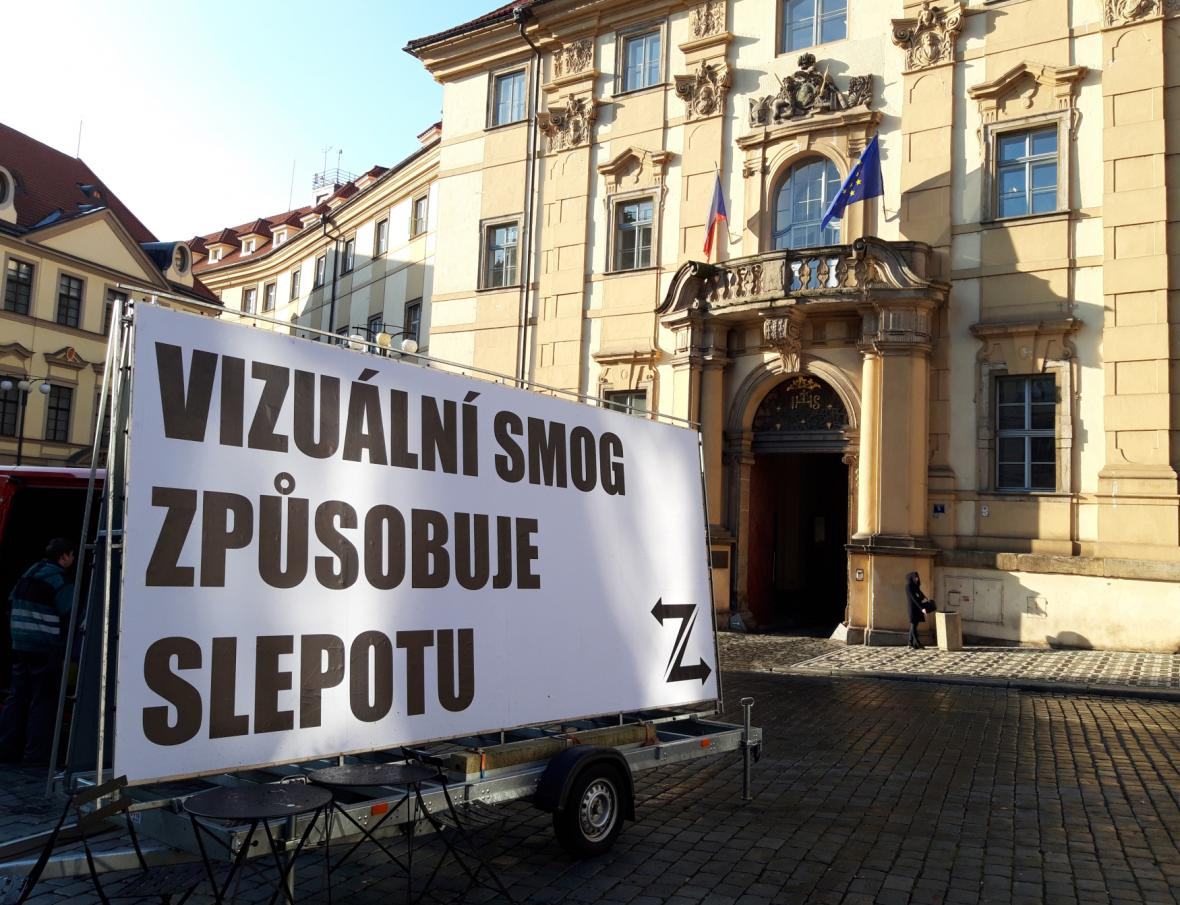Nápisy odsuzující přemíru reklamy s logem skupiny Ztohoven před pražským magistrátem v listopadu 2019