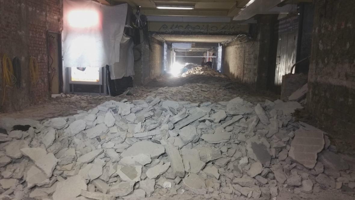 Při opravách podchodu museli dělníci odvézt desítky tun suti