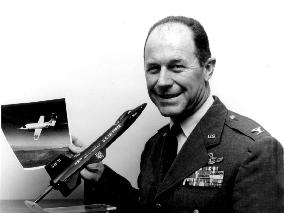 Chuck Yeager už jako velitel, v ruce má mádel letounu North American X-15