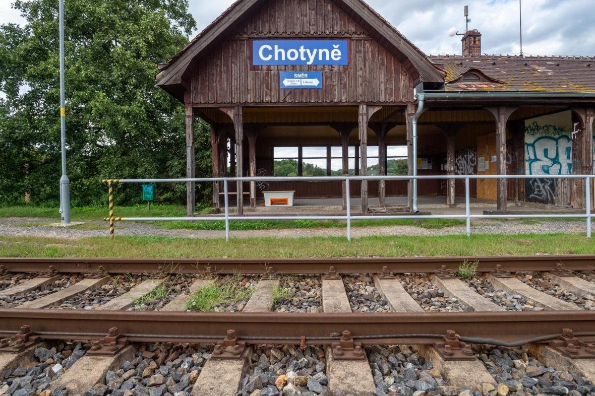 Vlakové nádraží v Chotyni na Liberecku