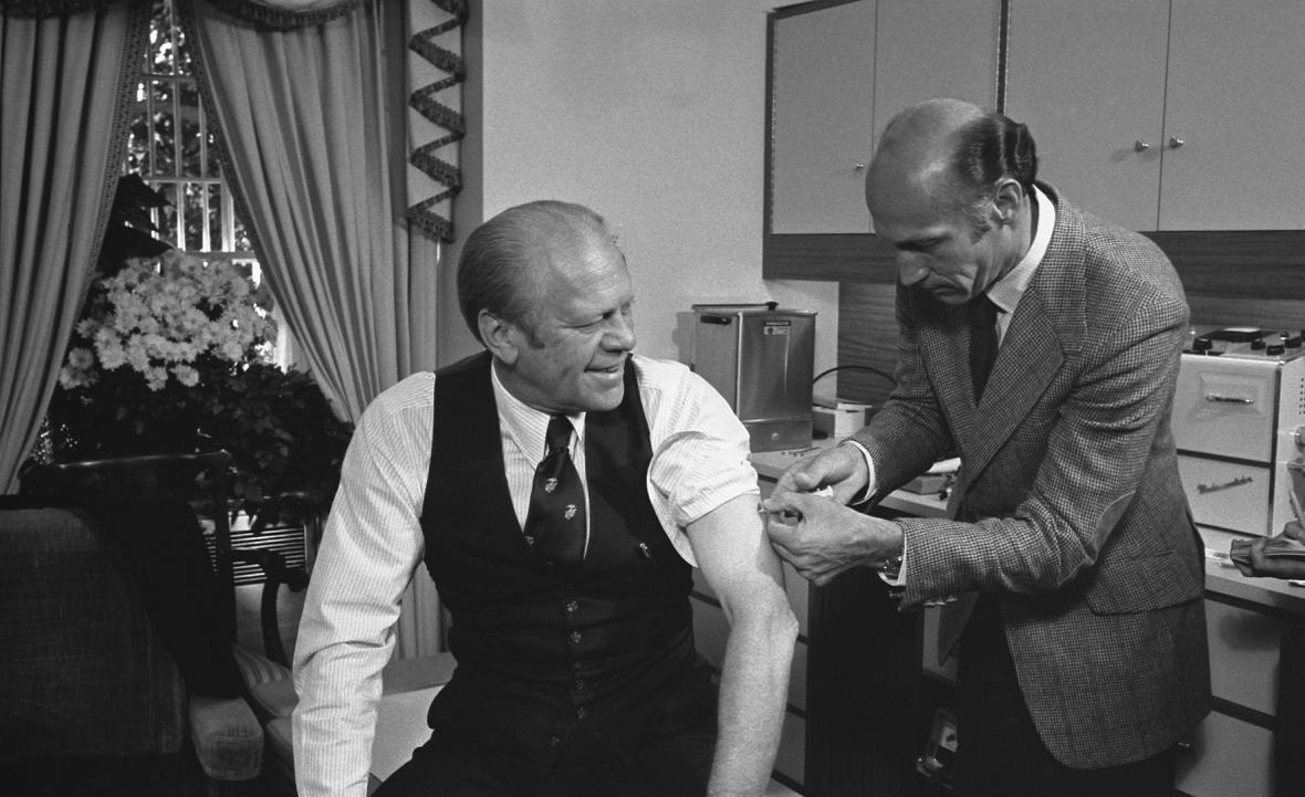 Prezident Ford se nechal očkovat mezi prvnímí