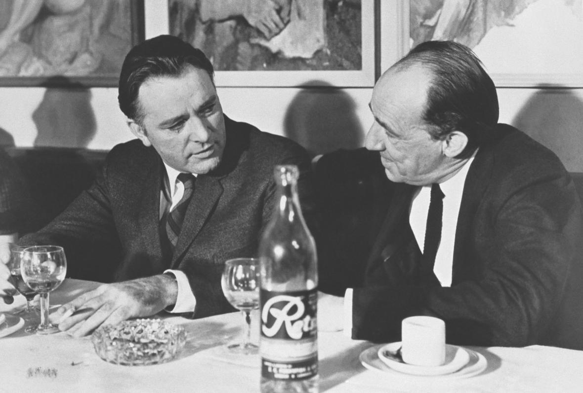 Richard Burton a Jiří Voskovec při natáčení Muže, který přišel z chladu