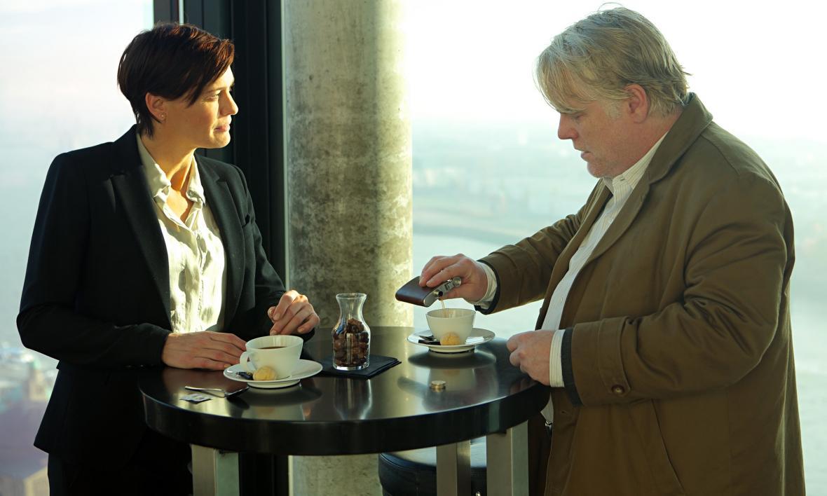 Phillip Seymour Hoffman a Robin Wrightová ve filmu Nejhledanější muž