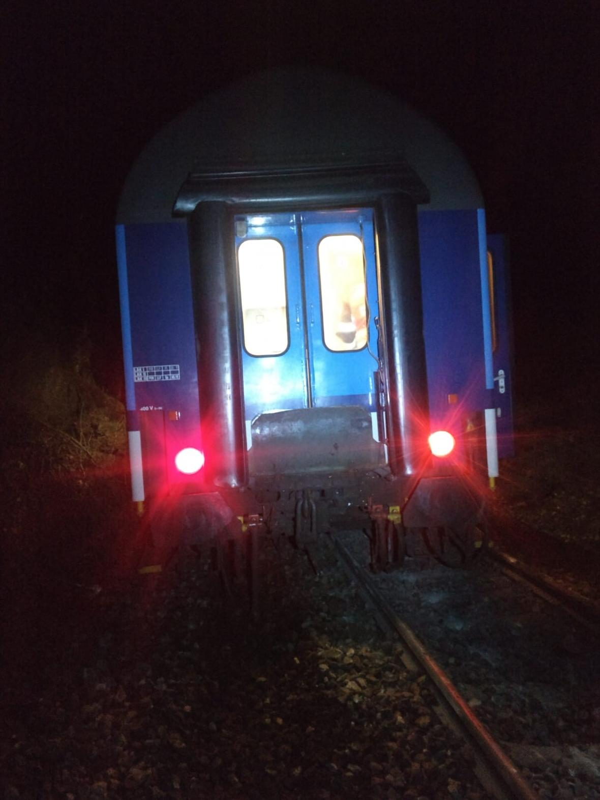 Vykolejený vlak u Hluboké nad Vltavou