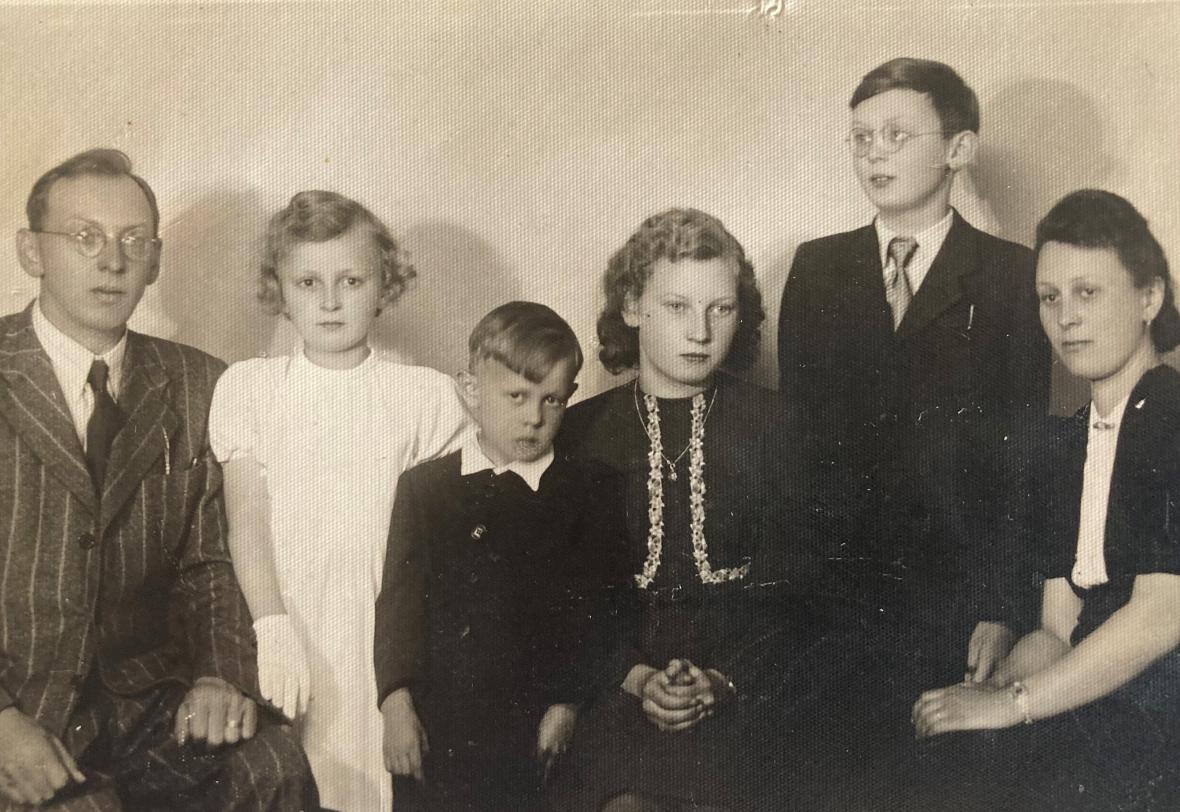 Josef Sedlák (uprostřed) s rodiči a sourozenci