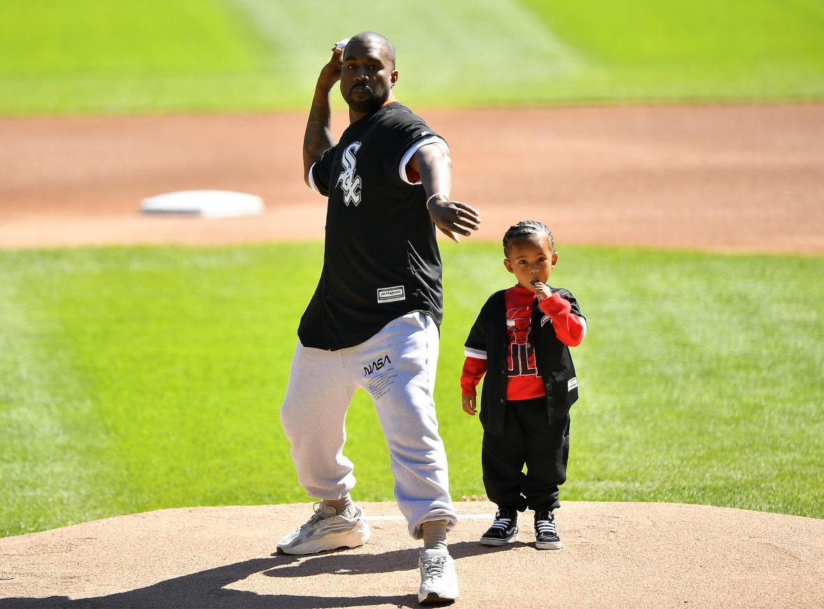 Kanye West v teplácích na návštěvě baseballového zápasu