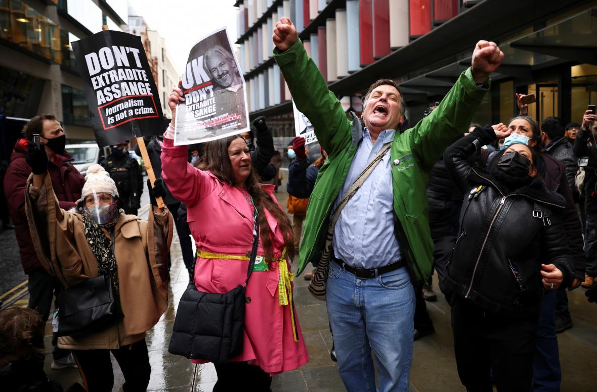 Příznivci Juliana Assange před budovou soudu