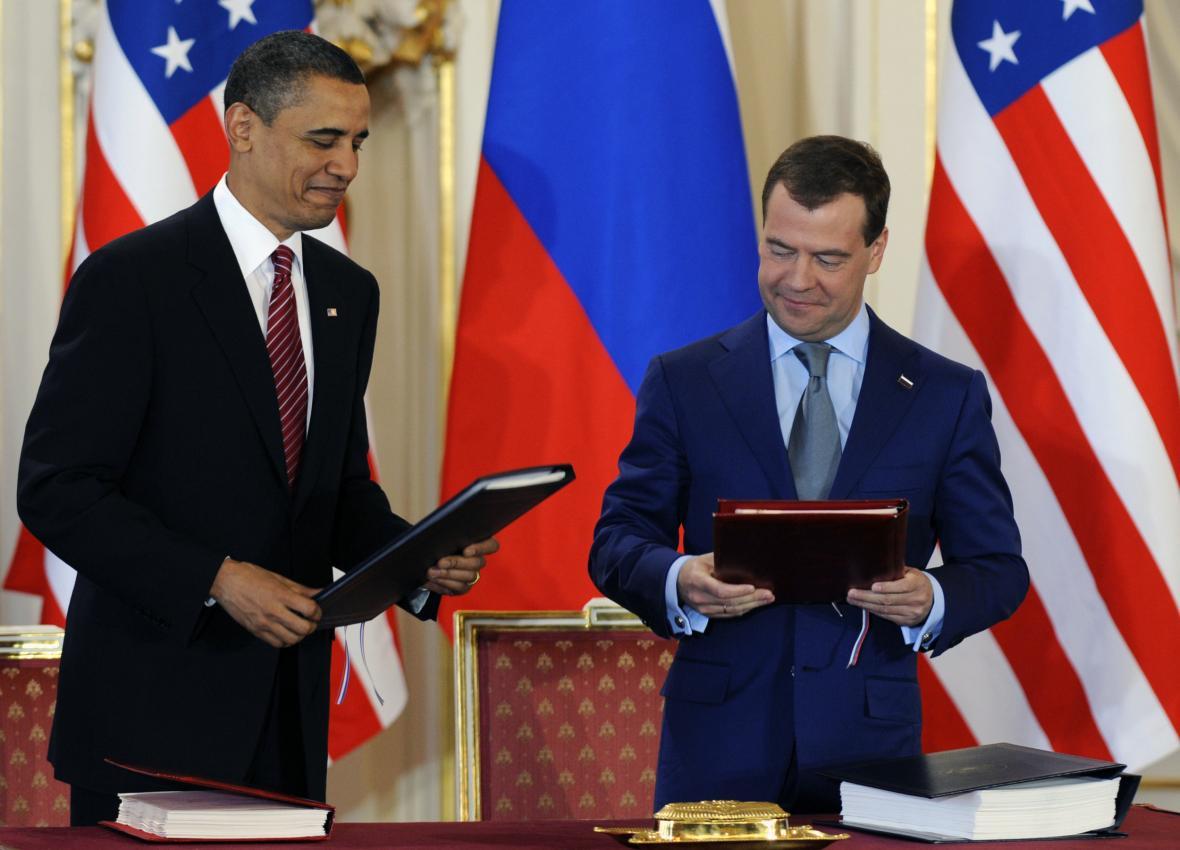 Barack Obama a Dmitrij Medveděv při podpisu smlouvy START 3 v Praze