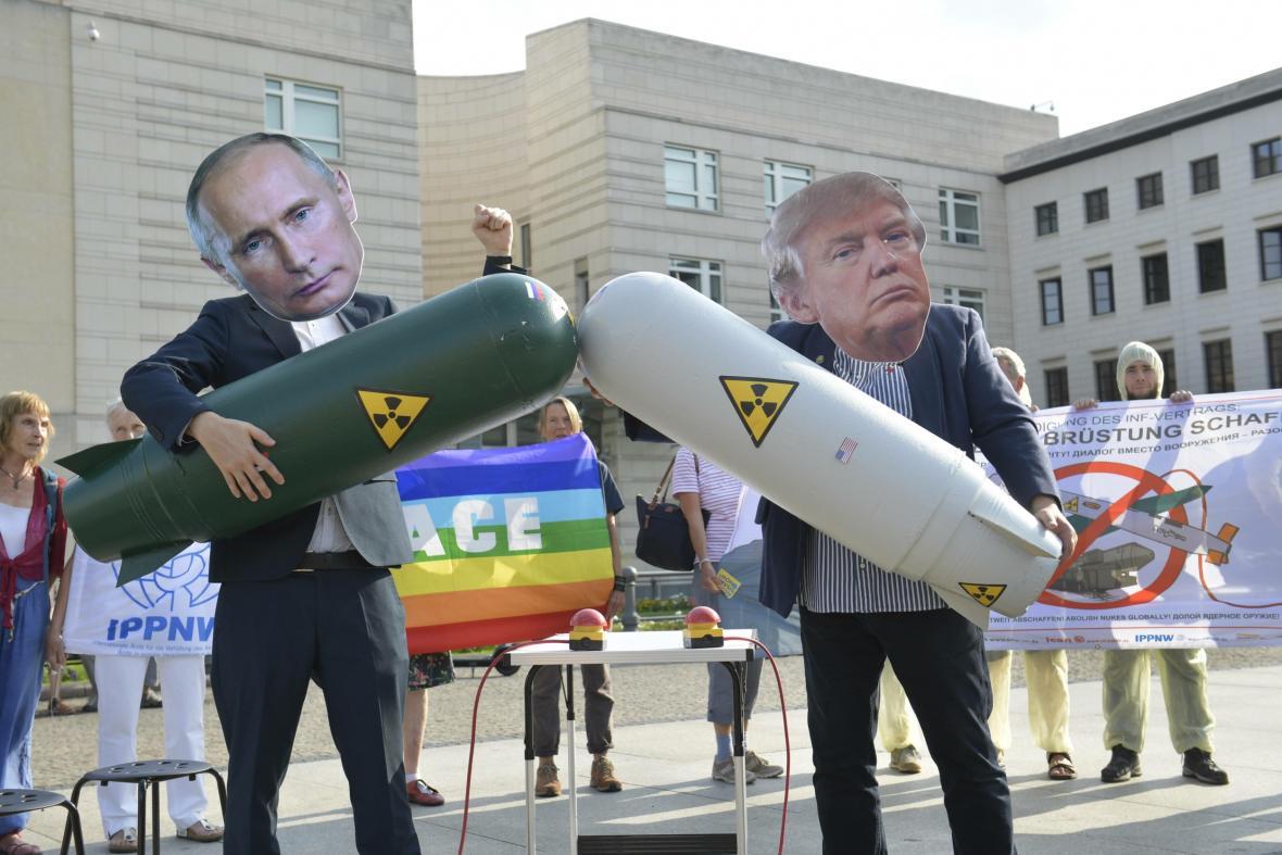 Protest proti ukončení smlouvy INF před americkou ambasádou v Berlíně v srpnu 2019.