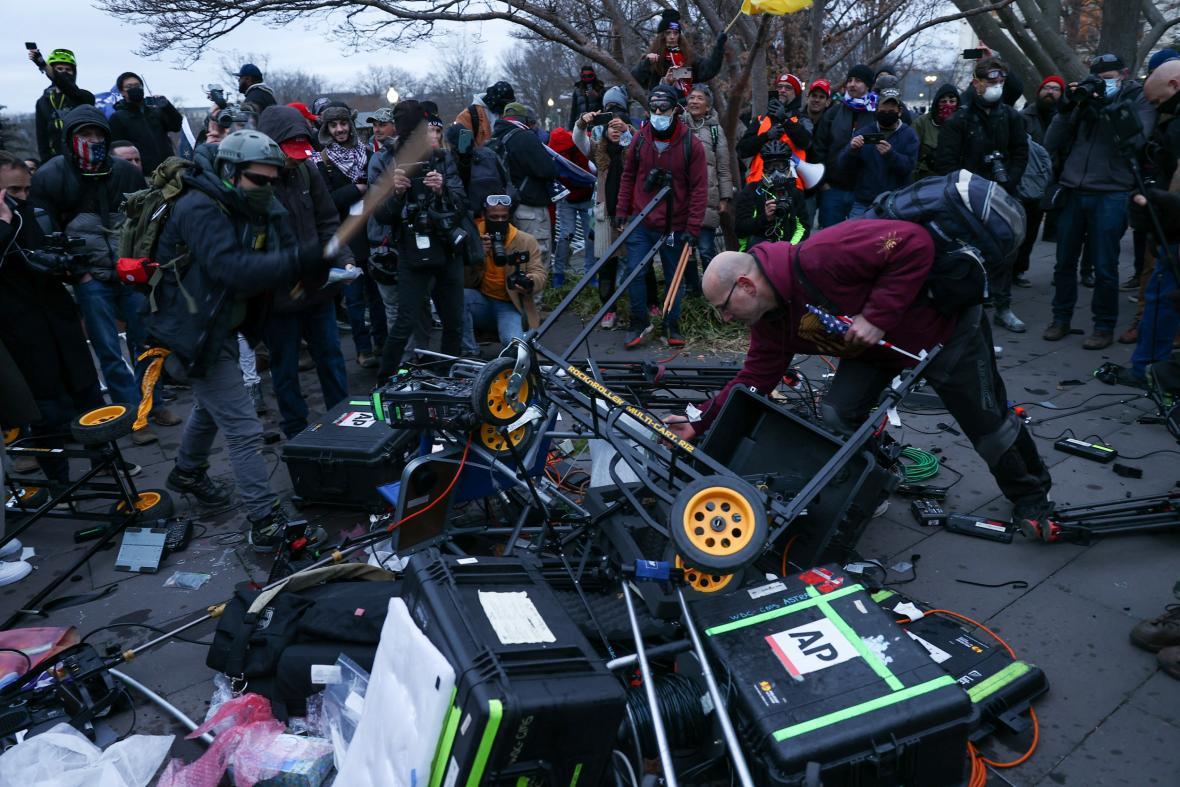 Zničená technika štábů, která zbyla po řádění Trumpových příznivců v Kapitolu