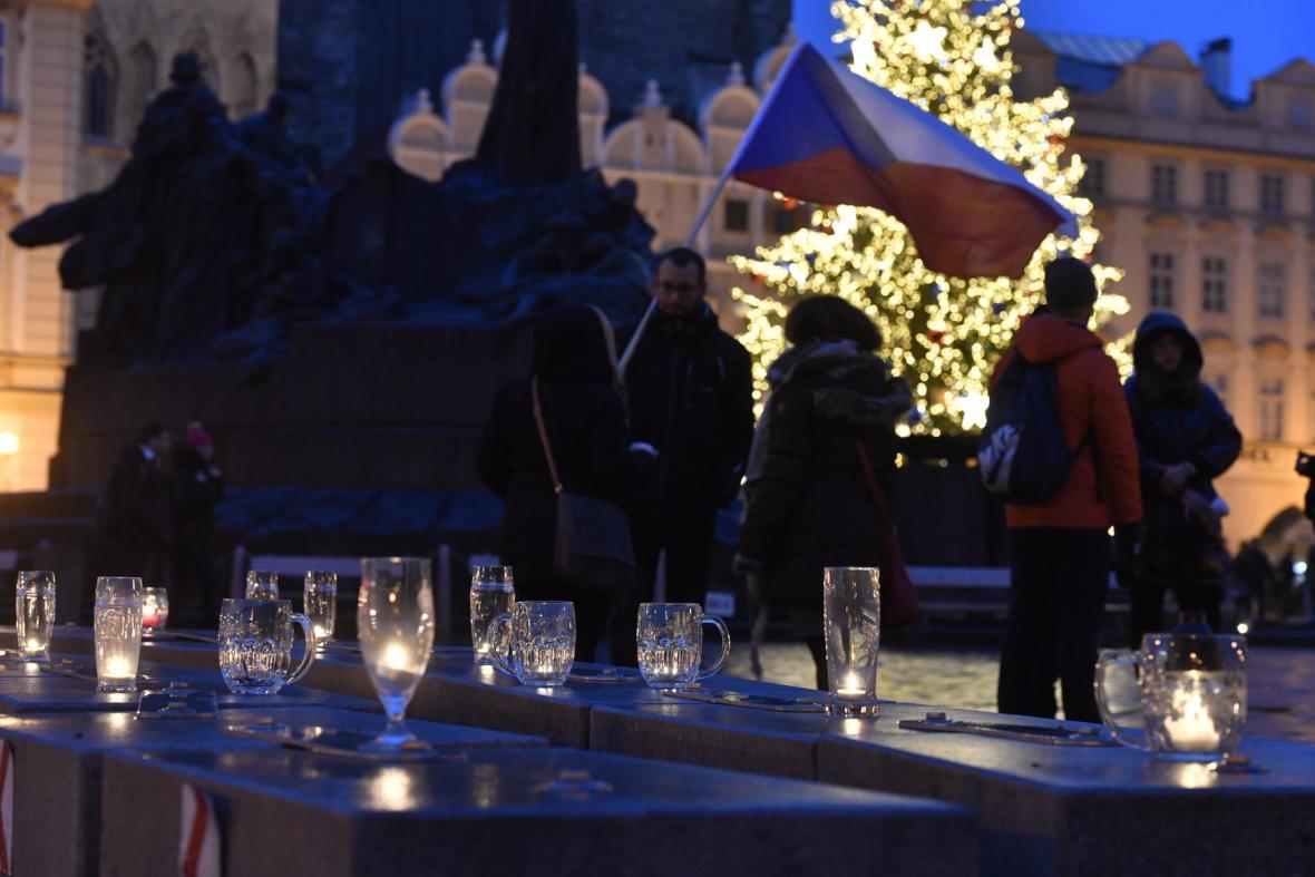 Sídlo Úřadu vlády v Praze propojil v lednu se Staroměstským náměstím řetězec z půllitrů a skleniček se svíčkami na protest proti protiepidemickým opatřením vlády.