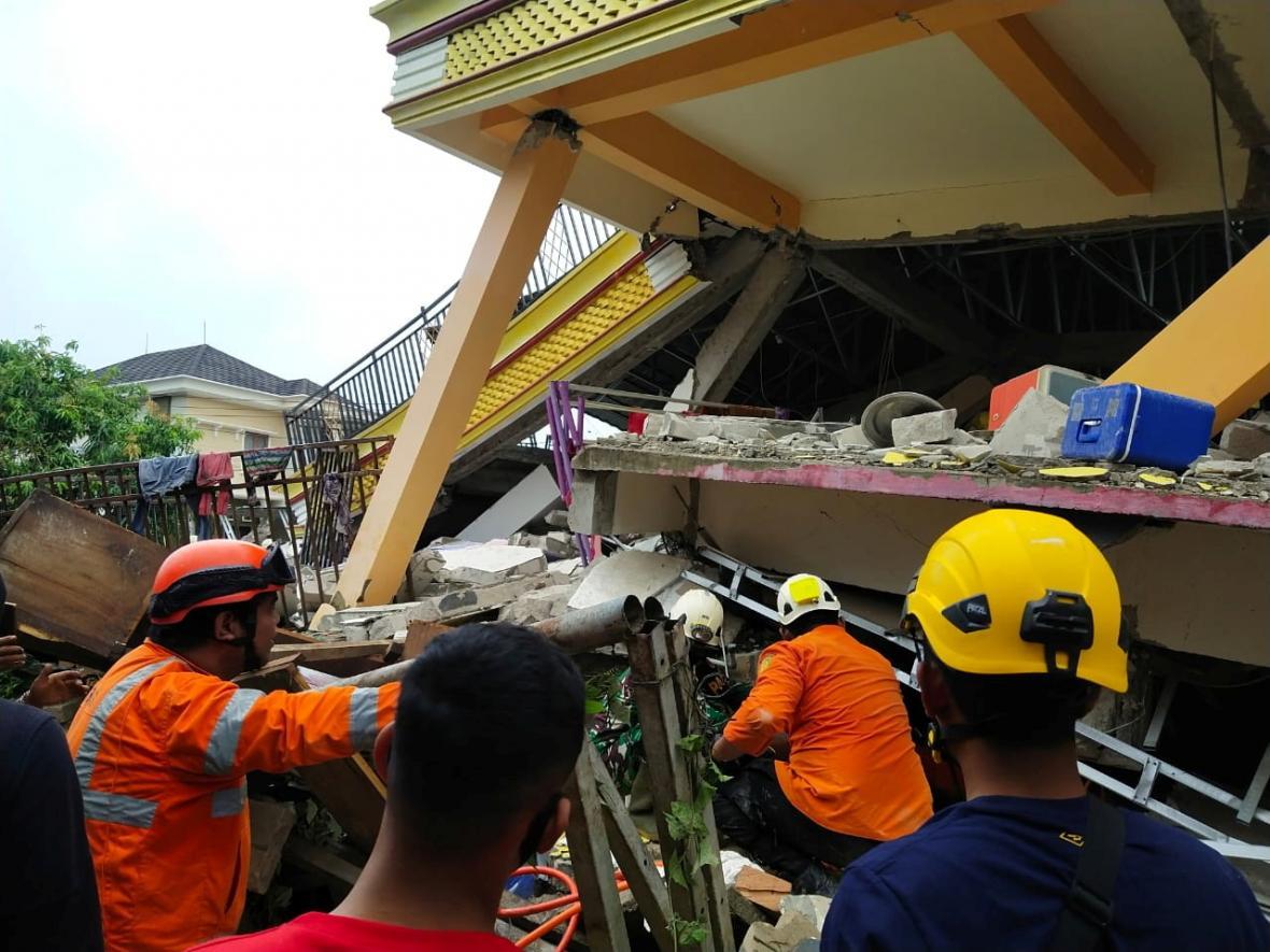 Záchranáři na Sulawesi hledají lidi v troskách domů