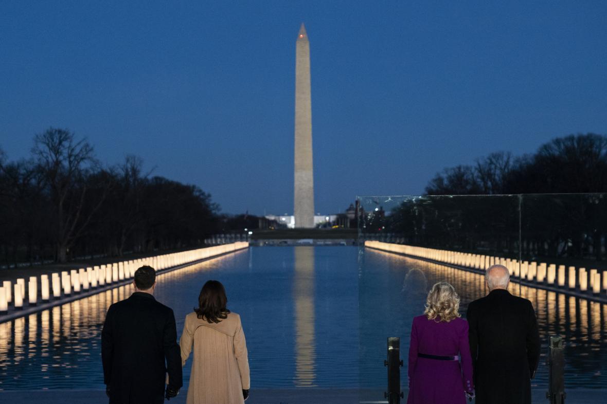 Joe Biden a Kamala Harrisová se svými partnery v předvečer inaugurace uctili památku obětí covidu-19