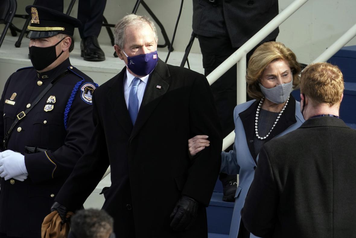 Bývalý prezident George Bush ml. s ženou Laurou na slavnostním obřadu k jmenování Bidena prezidentem