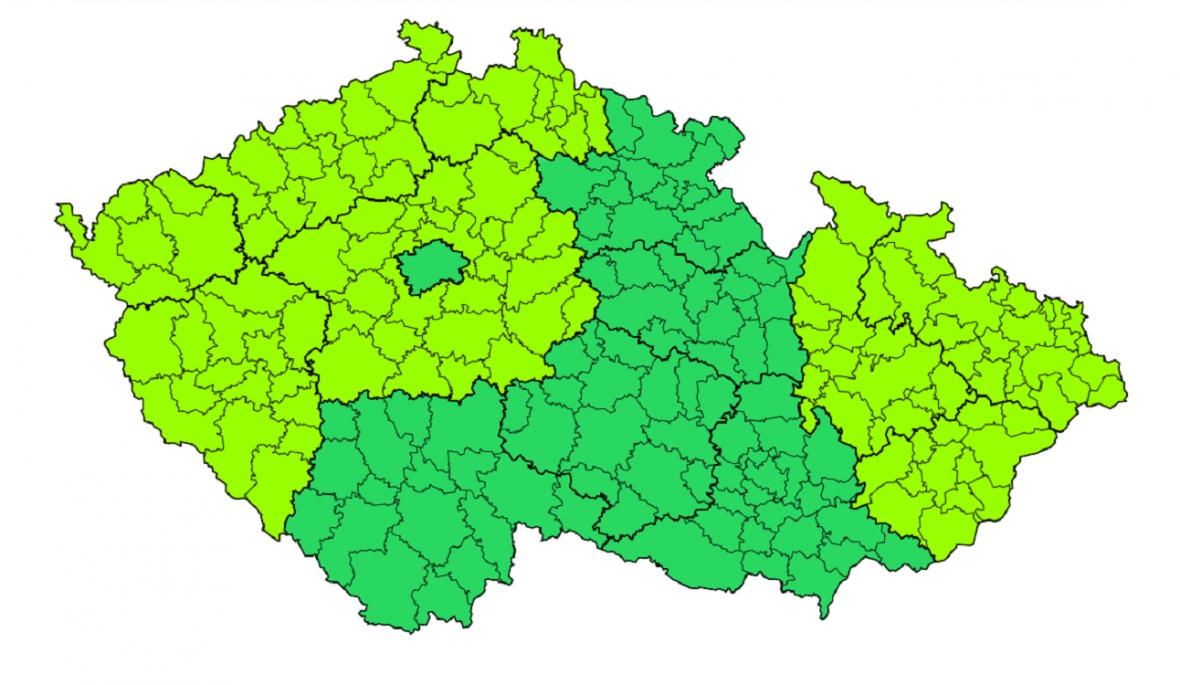 Předběžná předpověď: Ve svítivě zelených oblastech vČechách může vsobotu během dne spadnout 5-15 cm těžkého mokrého sněhu. Stejná barva na Moravě a ve Slezsku upozorňuje na silné poryvy větru vsobotu: nížiny kolem 70 km/h a na horách až do 110 km/h