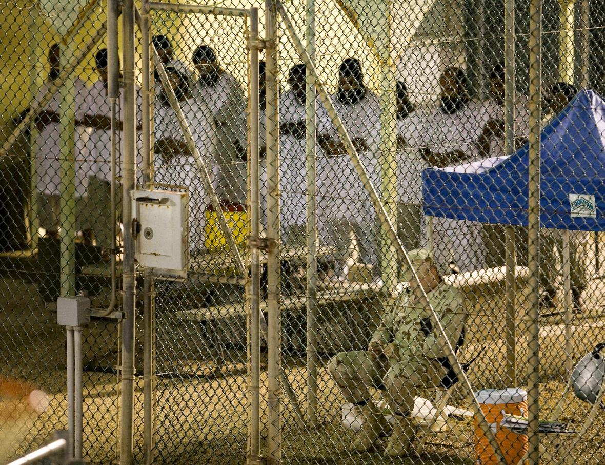 Modlící se vězni v Guantánamu