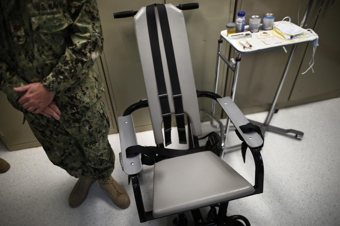 Křeslo sloužící k násilnému nucení potravy v Guantánamu