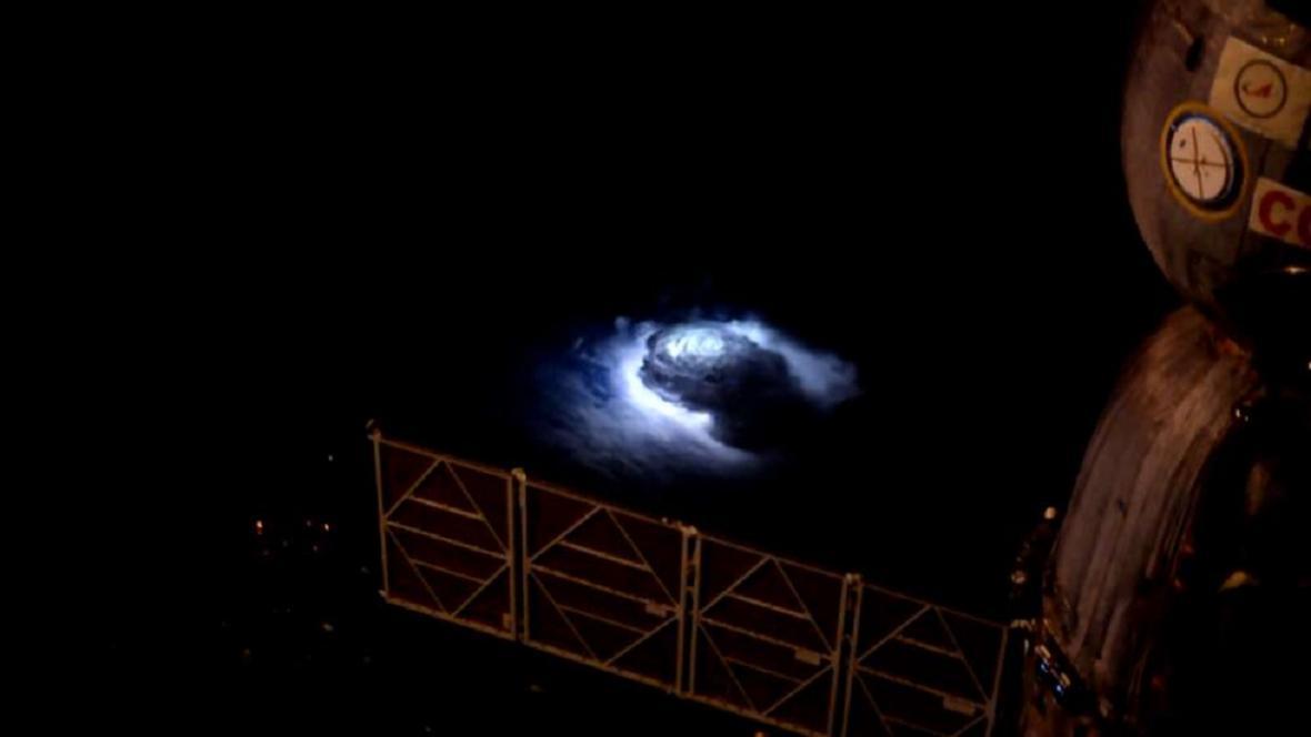 Nadoblačný jev vyfocený Andreasem Mogensenem z ISS