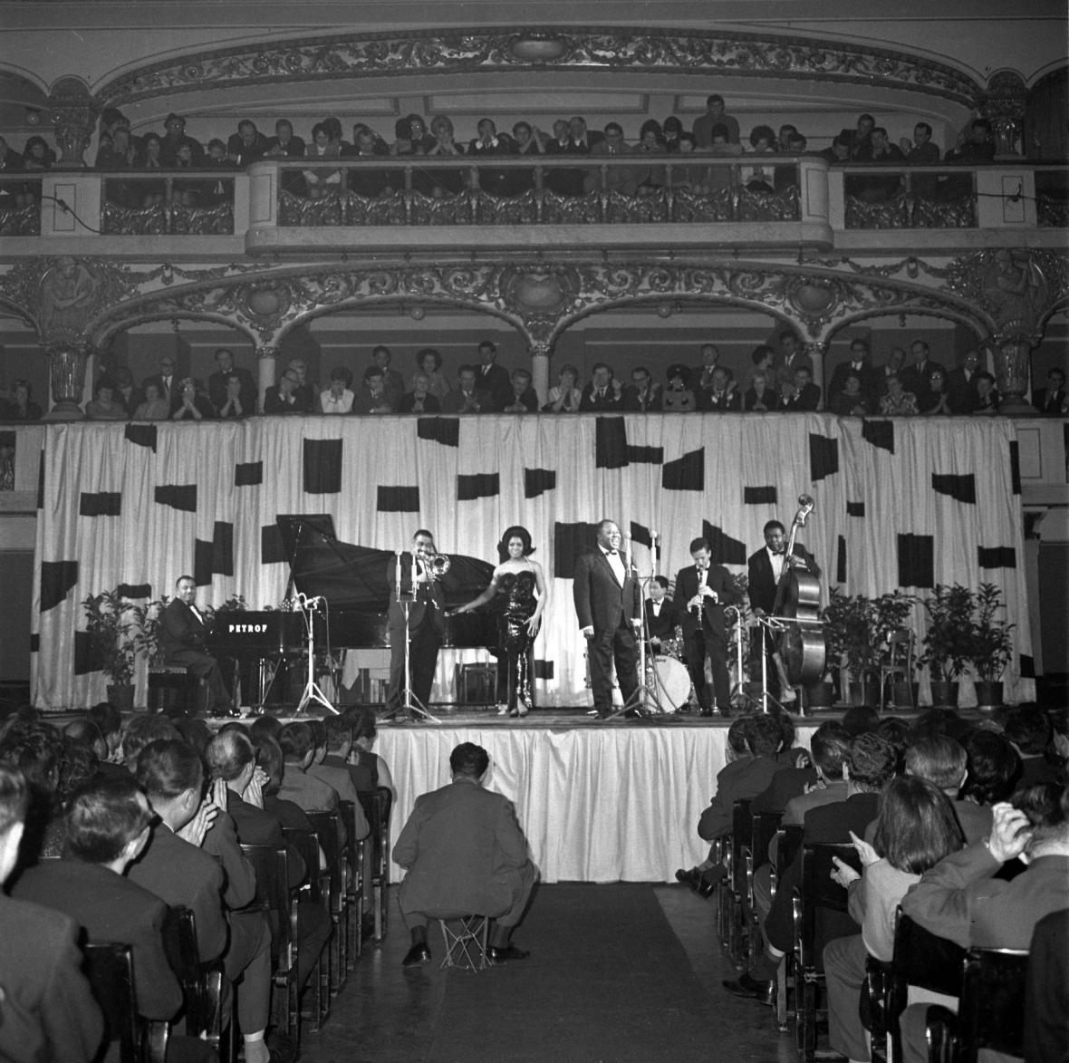 Armstronga v Praze doprovázela jeho kapela i manželka