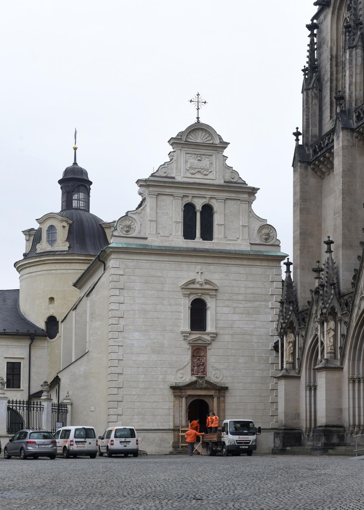 Kaple svaté Anny a Zdíkův palác (v pozadí)
