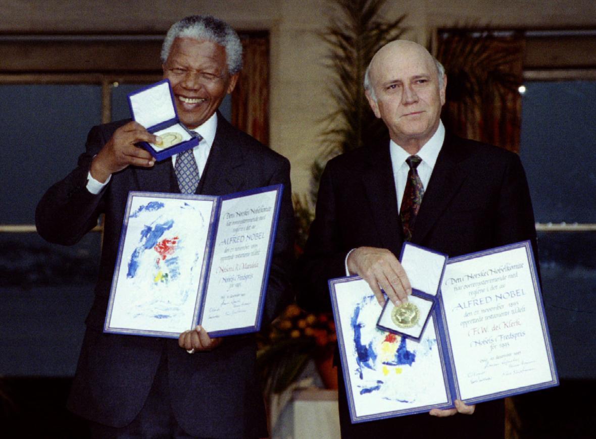 Nelson Mandela a Frederik W. de Klerk přebírají společnou Nobelovu cenu za mír v roce 1993