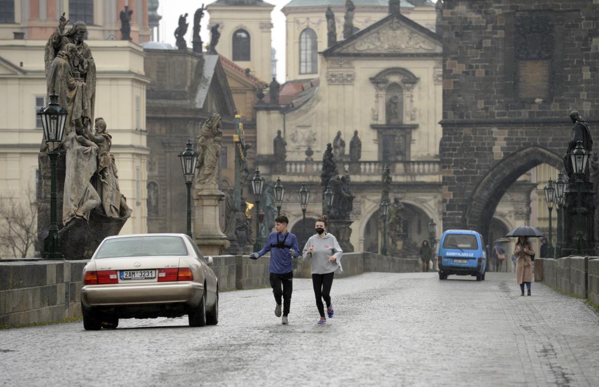 Auta zaparkovaná na protest na Karlově mostě