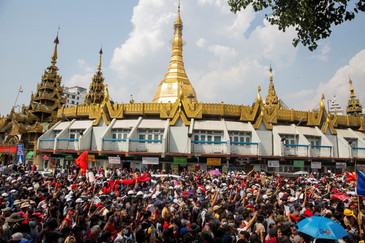 Nedělní protesty proti puči v myanmarském Rangúnu