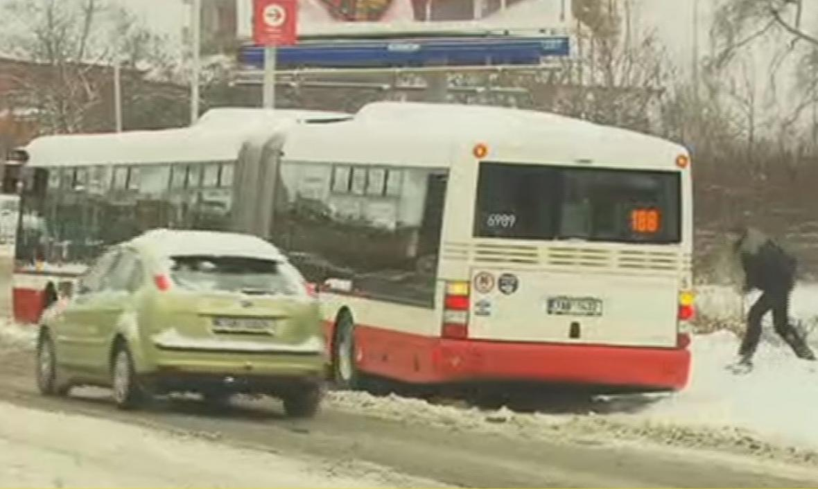 Sníh a ledovka komplikují dopravu