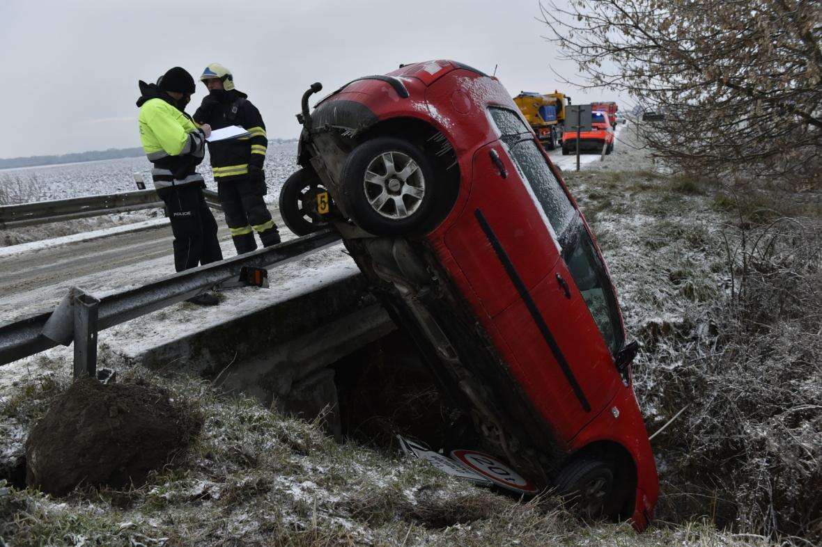 Hasiči zasahují 8. února 2021 u dopravní nehody u Břeclavi