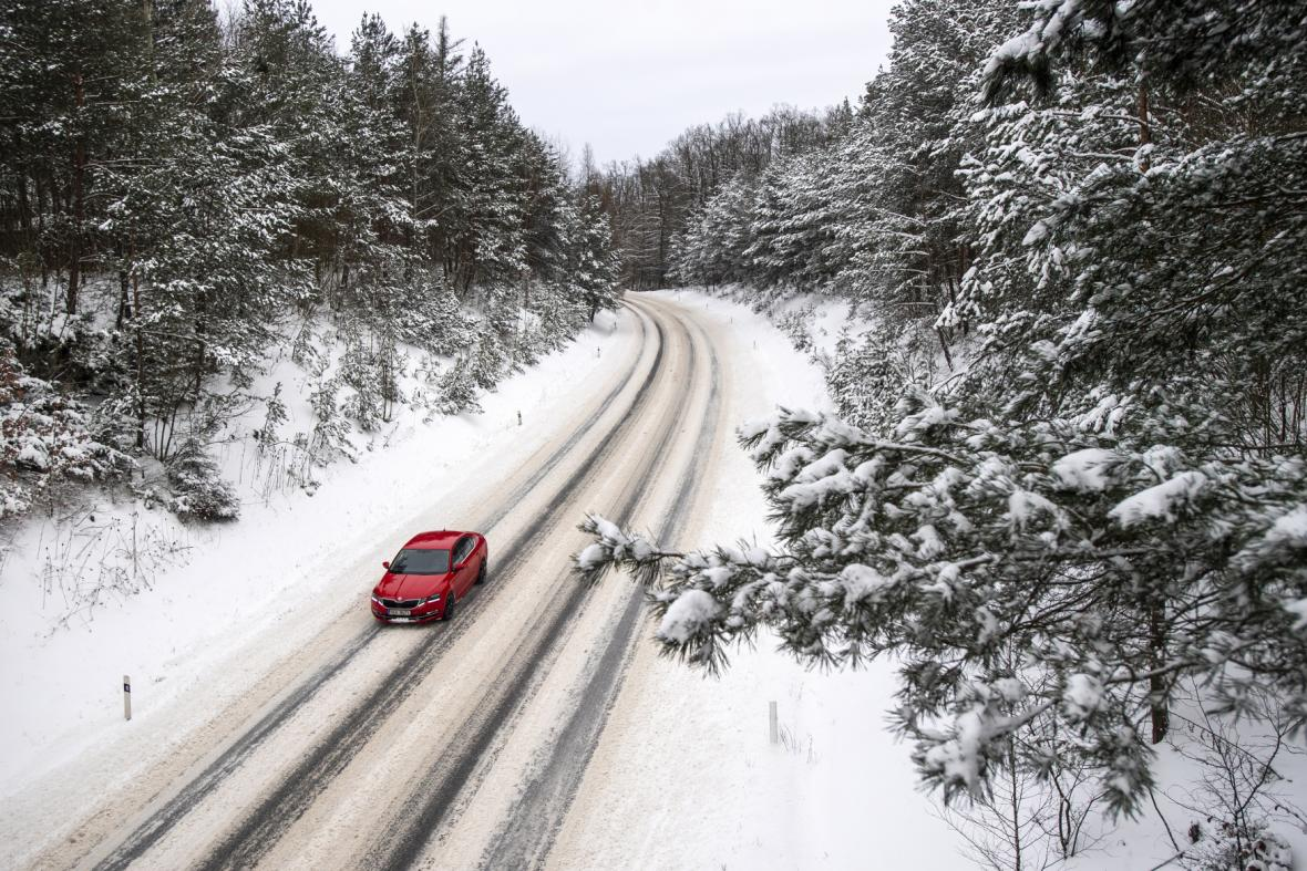 Zasněžená hlavní silnice I/35 z Hradce Králové do Holic