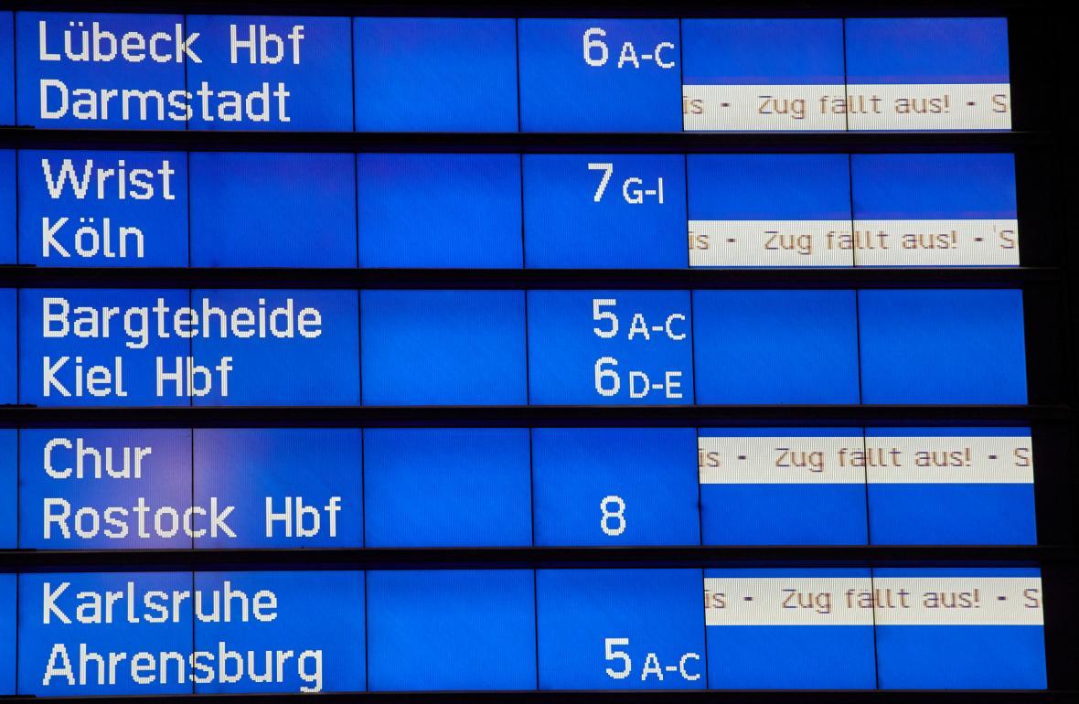 Odjezdová cedule na nádraží v Hamburgu oznamuje zrušené spoje