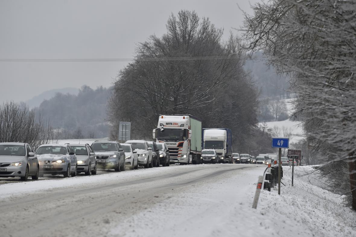 Kolona aut stojí 8. února 2021 v Lípě na Zlínsku.