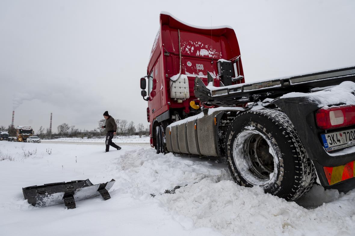 V Ústí nad Labem sjel kamion ze zasněžené silnice