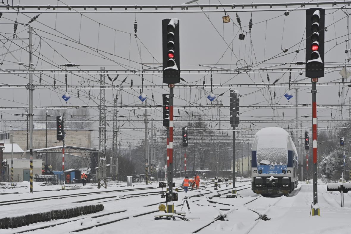 Vlak stojí na zasněženém nádraží 8. února 2021 v Lysé nad Labem. Kvůli sněhové kalamitě vlaky nabírají i několikahodinová zpoždění, některé spoje vůbec nevyjely